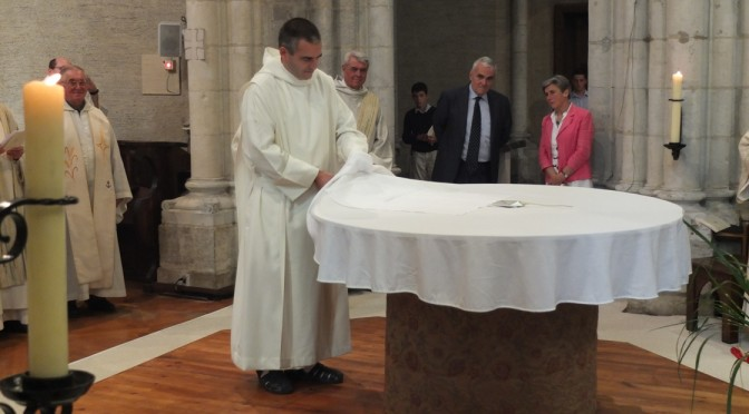 Frère Joseph dépose sa charte sous la nappe de l'autel