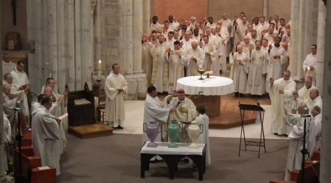 Bénédiction de l'huile durant la messe chrismale à Maylis