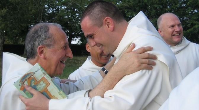 Geste de fraternité entre deux moines