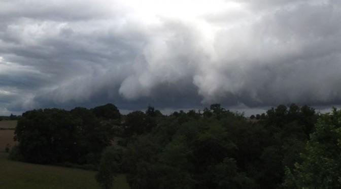 une barre de nuage gris avance, poussés par le vent