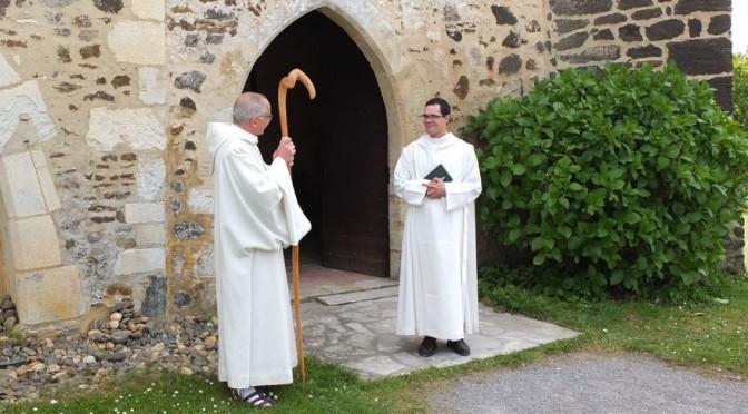 Fr Marie et le père abbé à la sortie de l'église
